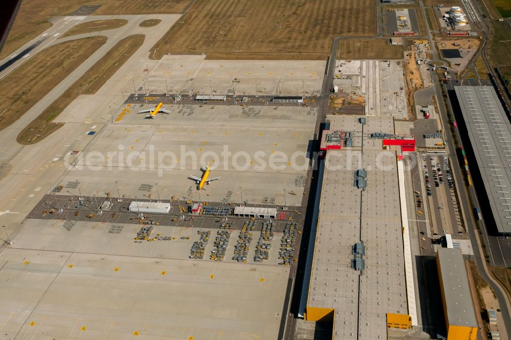 Aerial photograph Schkeuditz - Check-in buildings and cargo terminals on the grounds of the airport on DHL Hub in Schkeuditz in the state Saxony, Germany