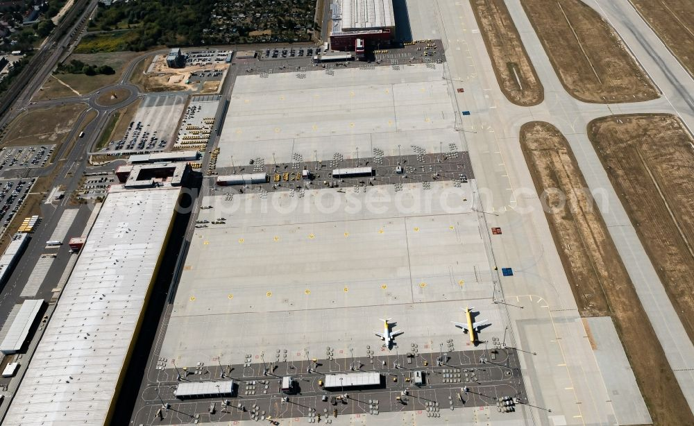 Schkeuditz from the bird's eye view: Check-in buildings and cargo terminals on the grounds of the airport on DHL Hub in Schkeuditz in the state Saxony, Germany