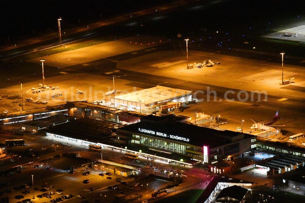 Schönefeld at night from the bird perspective: Night lighting Runway with hangar taxiways and terminals on the grounds of the airport Berlin-Schoenefeld in Schoenefeld in the state Brandenburg, Germany