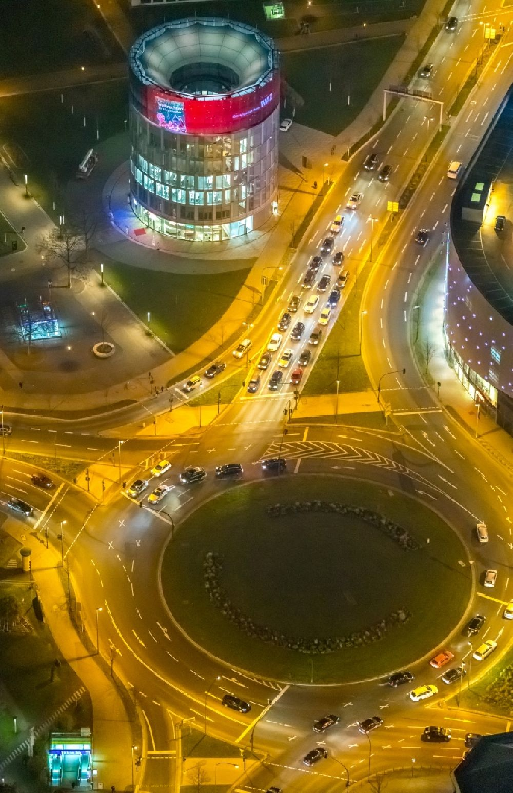 Aerial photograph at night Essen - Night lighting traffic management of the roundabout road Berliner Platz - Osterfeldstrasse - Segerothstrasse in the district Westviertel in Essen in the state North Rhine-Westphalia, Germany