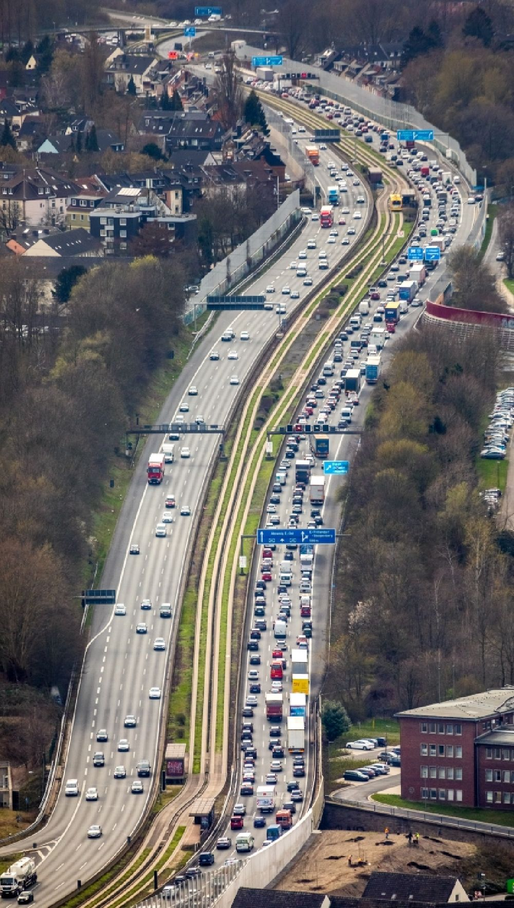 Aerial photograph Essen - Highway congestion along the route of the lanes BAB A40 - A52 in the district Frillendorf in Essen in the state North Rhine-Westphalia, Germany