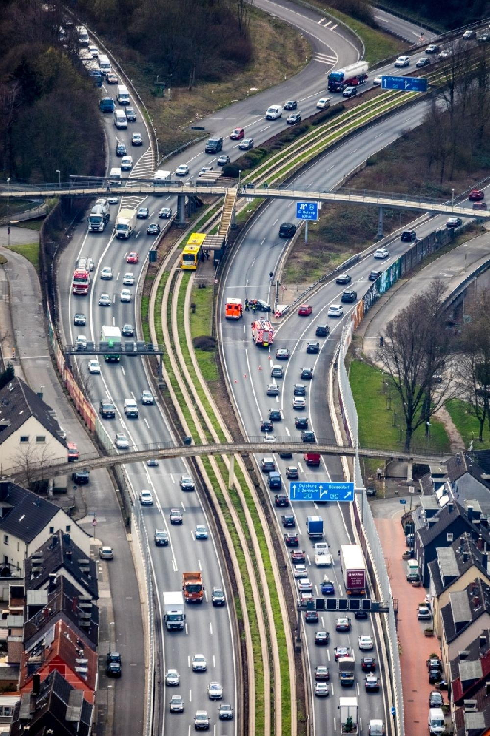 Essen from the bird's eye view: Highway congestion along the route of the lanes BAB A40 - A52 in the district Frillendorf in Essen in the state North Rhine-Westphalia, Germany