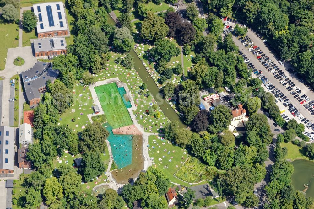 Aerial photograph München - Bathers on the lawn by the pool of the swimming pool Maria Einsiedel in Munich in the state Bavaria.