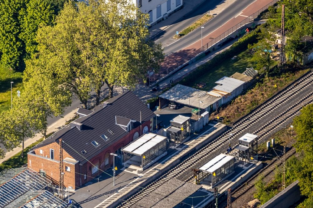 Kamen from above - Station building and track systems of the S-Bahn station Kamen in Kamen in the state North Rhine-Westphalia, Germany