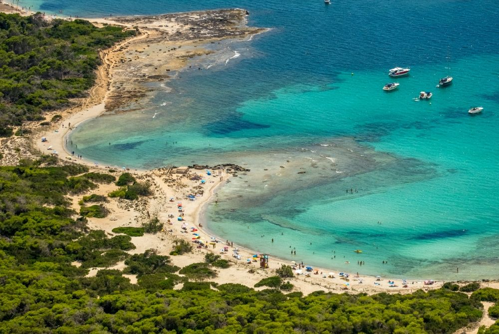 Aerial photograph Campos - Water surface at the bay along the sea coast Platja des Peregons in Campos in Balearische Insel Mallorca, Spain