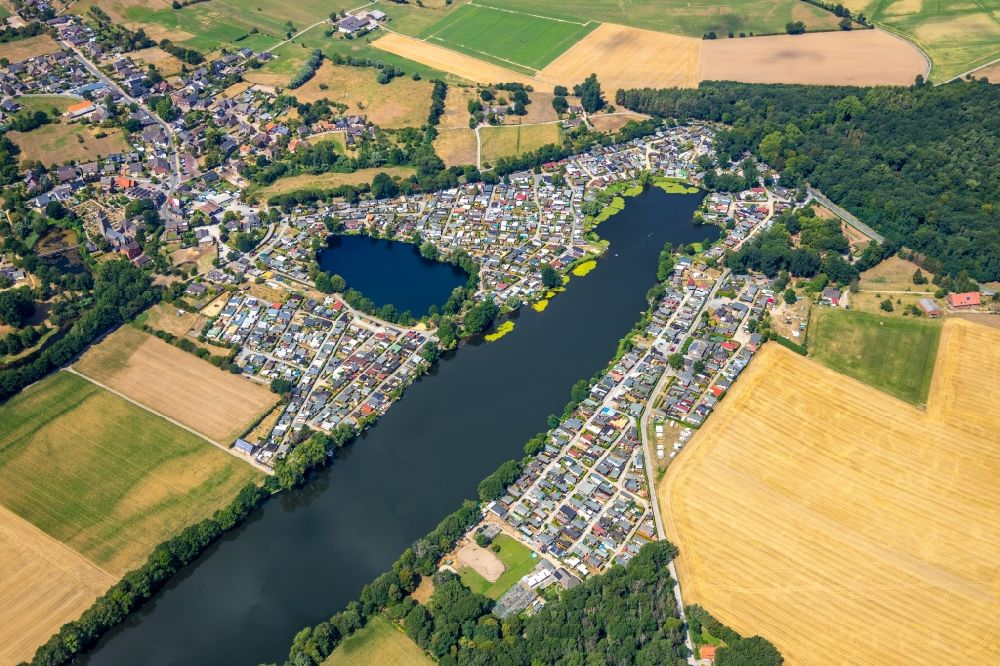 Rees from above - Camping with caravans and tents in the district Mehr in Rees in the state North Rhine-Westphalia, Germany. Further information at: Campingplatz Boemer Zur Rose GmbH.