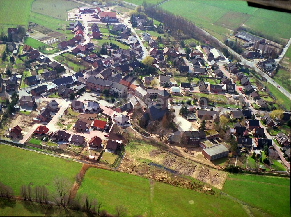 Veen from the bird's eye view: Agricultural land and field borders surround the settlement area of the village in Veen in the state North Rhine-Westphalia, Germany