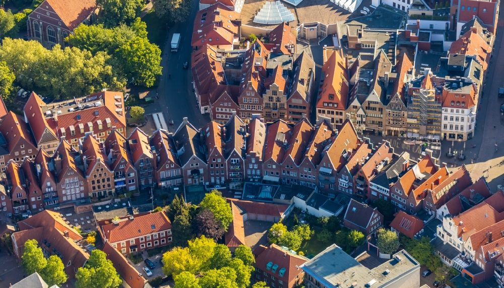 Aerial photograph Münster - Half-timbered house and multi-family house- residential area in the old town area and inner city center on Prinzipalmarkt in the district Altstadt in Muenster in the state North Rhine-Westphalia, Germany