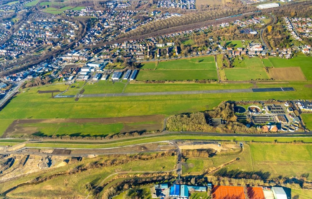 Aerial image Hamm (Westfalen) - Runway with tarmac terrain of airfield in the district Heessen in Hamm in the state North Rhine-Westphalia, Germany