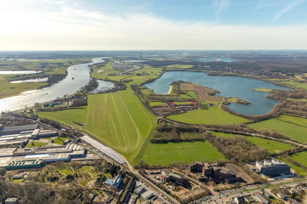 Wesel from the bird's eye view: Runway with tarmac terrain of airfield Flugplatz Wesel-Roemerwandt in Wesel in the state North Rhine-Westphalia, Germany.