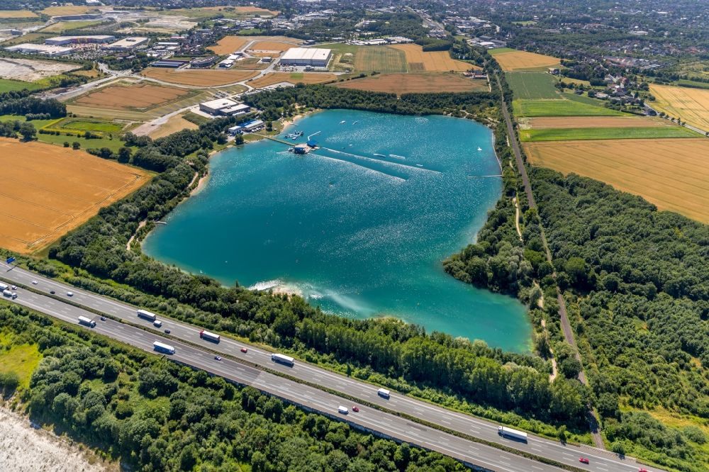Beckum from above - Leisure facility with a water ski cable car Park am Tuttenbrocksee in Beckum in the federal state of North Rhine-Westphalia, Germany