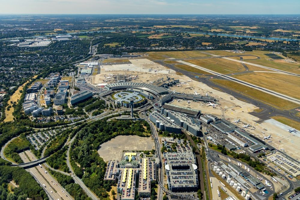 Düsseldorf from the bird's eye view: Runway with hangar taxiways and terminals on the grounds of the airport in Duesseldorf in the state North Rhine-Westphalia, Germany