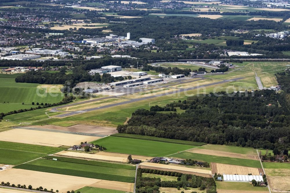 Aerial image Mönchengladbach - Runway with hangar taxiways and terminals on the grounds of the airport of Flughafengesellschaft Moenchengladbach GmbH on Flughafenstrasse district Giesenkirchen in Moenchengladbach in the state North Rhine-Westphalia, Germany