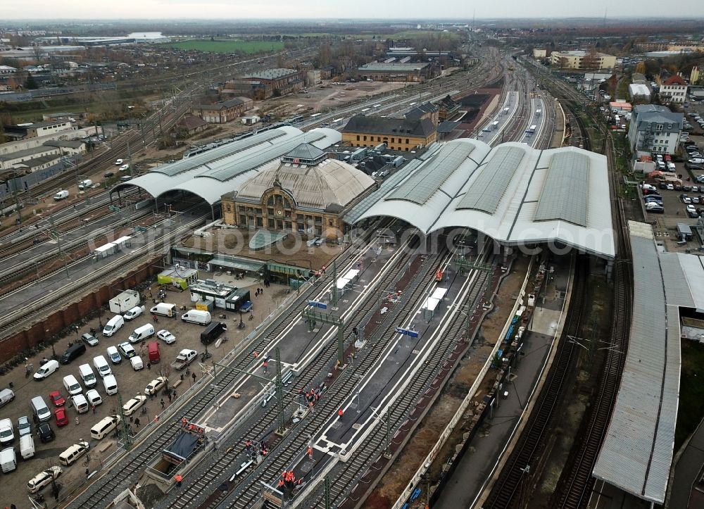 Halle (Saale) from the bird's eye view: Track progress and building of the main station of the railway in Halle (Saale) in the state Saxony-Anhalt, Germany