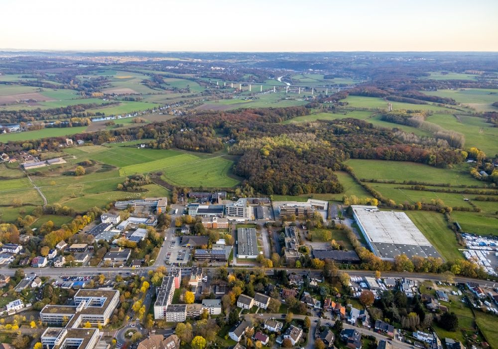 Mülheim an der Ruhr from the bird's eye view: Autumnal discolored vegetation view industrial estate and company settlement along the Koelner Strasse - Solinger Strasse in Muelheim on the Ruhr in the state North Rhine-Westphalia, Germany