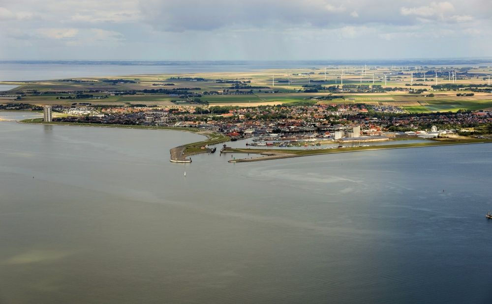 Aerial image Büsum - Ship moorings at the inland harbor basin on the banks of the North Sea in Buesum in the state Schleswig-Holstein, Germany