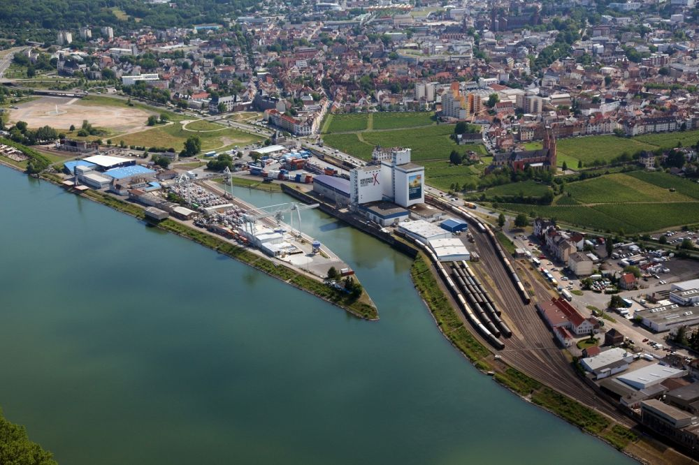 Worms from the bird's eye view: Quays and boat moorings at the port of the inland port of Rhenania Worms AG on the Rhine river in Worms in the state Rhineland-Palatinate, Germany