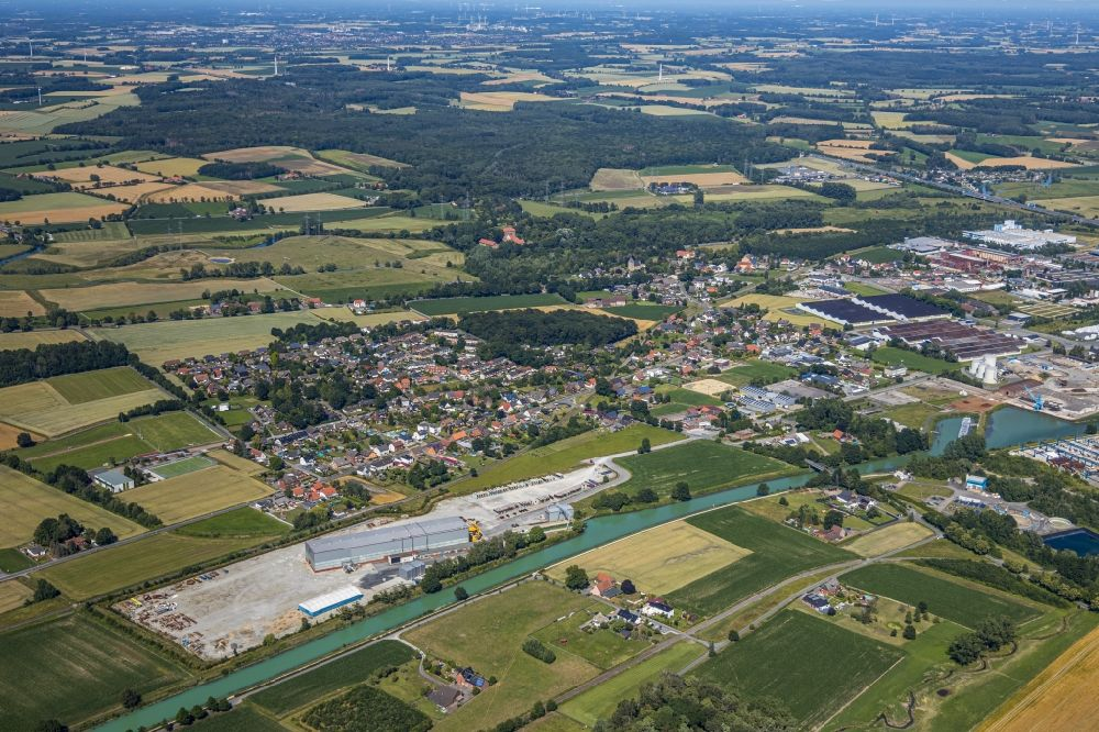 Hamm from the bird's eye view: Channel flow and river banks of the waterway shipping of Datteln-Hamm-Kanal overlooking the pier of the company Hoffmeier Industrieanlagen GmbH + Co. KG in Hamm in the state North Rhine-Westphalia, Germany