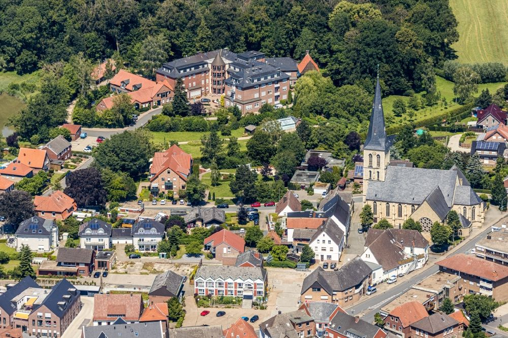 Aerial image Nordwalde - Church building of St. Dionysius on Amtmann-Daniel-Strasse overlooking the St. Franziskus-Haus on Proebstingstrasse in Nordwalde in the state North Rhine-Westphalia, Germany