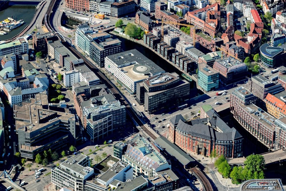 Aerial image Hamburg - Road over the crossroads Roedingsmarkt - Willy-Brandt-Strasse in the inner city overlooking the construction site for the hotel building Motel One on Admiralitaetstrasse in the district Altstadt in Hamburg, Germany