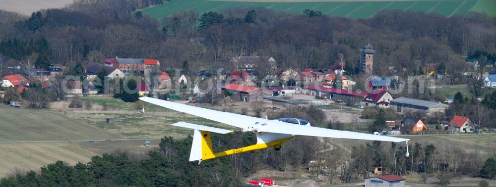 Hirschfelde from the bird's eye view: Glider and sport aircraft - Motorglider Ogar with the registration D-KOGE flying over the airspace in Hirschfelde in the state Brandenburg, Germany