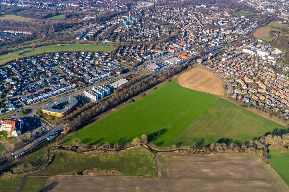 Aerial photograph Duisburg - Village view on the edge of agricultural fields and land along the local rail course and the Duesseldorfer Landstrasse in the district Huckingen in Duisburg in the state North Rhine-Westphalia, Germany