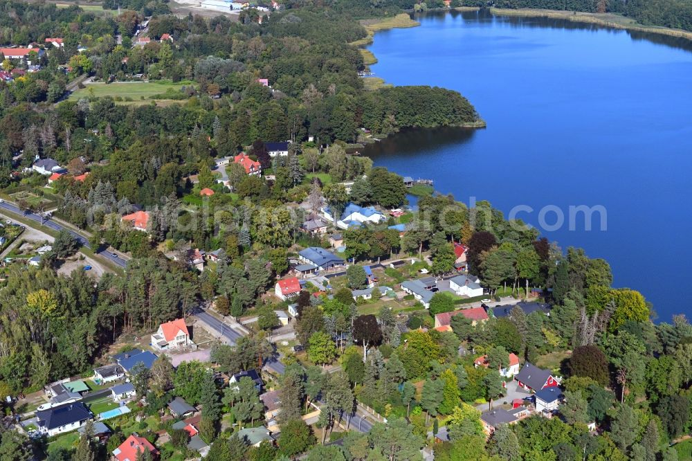 Mellensee from the bird's eye view: Village on the banks of the area lake of Mellensee in Mellensee in the state Brandenburg, Germany