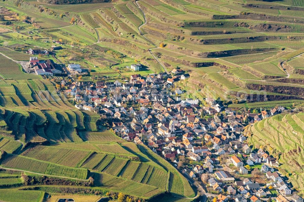 Aerial photograph Vogtsburg im Kaiserstuhl - Town View of the streets and houses of the residential areas in Vogtsburg im Kaiserstuhl in the state Baden-Wurttemberg, Germany