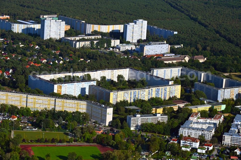 Aerial photograph Berlin - Skyscrapers in the residential area of industrially manufactured settlement Pablo-Neruda-Strasse - Salvador-Allende-Strasse in the district Koepenick in Berlin, Germany