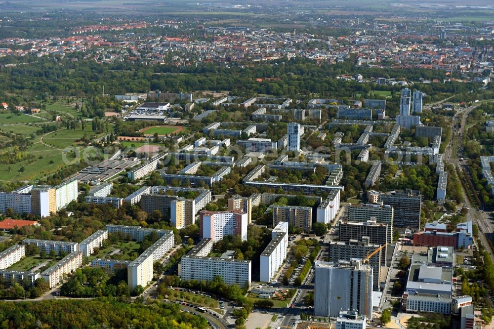Aerial photograph Halle (Saale) - Skyscrapers in the residential area of industrially manufactured settlement An der Magistrale with renovation work on Block 007 in the district Neustadt in Halle (Saale) in the state Saxony-Anhalt, Germany