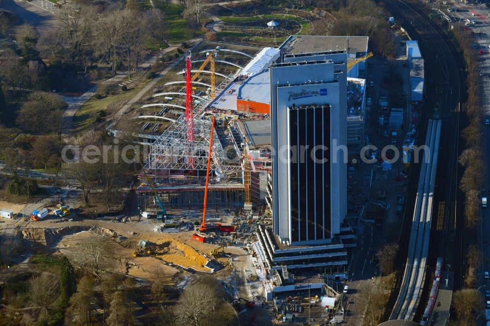 Hamburg from the bird's eye view: Renovation site of the Congress Center ( CCH ) on High-rise building of the hotel complex Radisson Blu on Marseiller Strasse in Hamburg, Germany