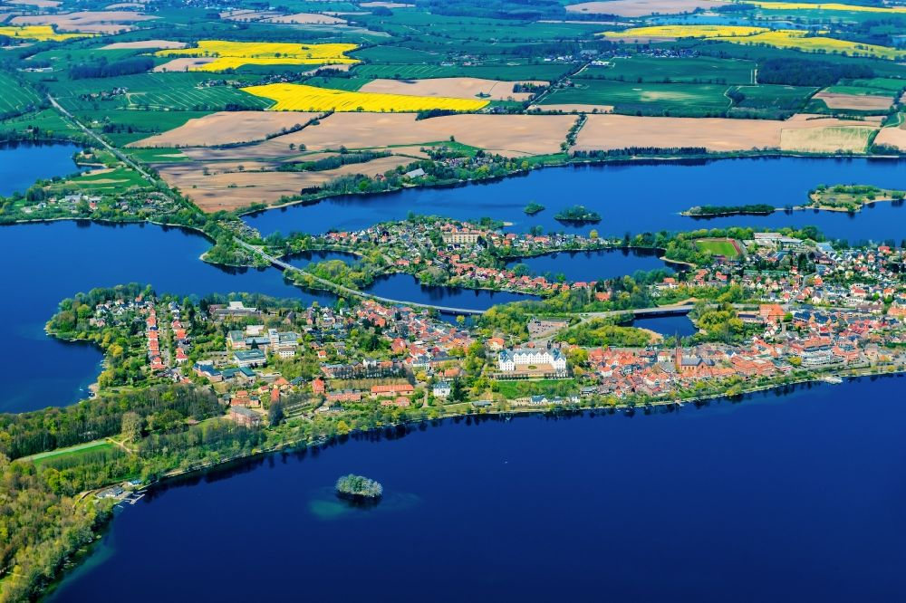 Plön from the bird's eye view: Lakes chain and bank areas of the Ploener lakes in Ploen in the federal state Schleswig-Holstein