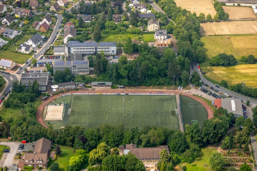 Aerial image Niederwenigern - Sports grounds and football pitch of Sportfreunde Nieofwenigern 1924 e.V. on Rueggenweg in the district Niederwenigern in Hattingen in the state North Rhine-Westphalia, Germany