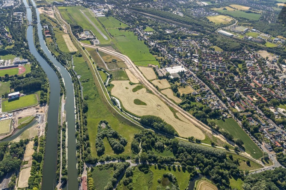 Heessen from the bird's eye view: Grassland structures of a meadow and field landscape in the lowland of Lippe in Heessen in the state North Rhine-Westphalia, Germany