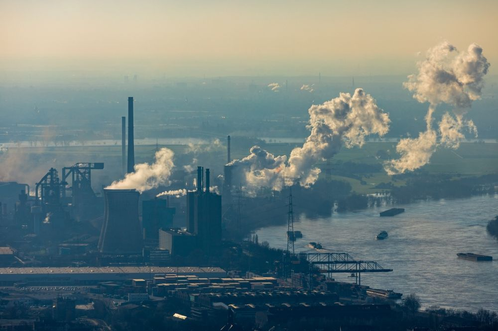 Aerial image Duisburg - Technical equipment and production facilities of the steelworks Huettenwerke Krupp Mannesmann GmbH in Duisburg in the state North Rhine-Westphalia