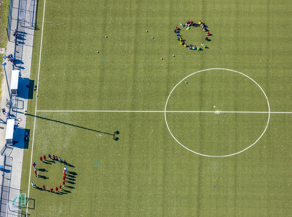 Aerial photograph Hamm - Sports grounds and football pitch with training players in Sportzentrum Ost in the district Heessen in Hamm in the state North Rhine-Westphalia, Germany