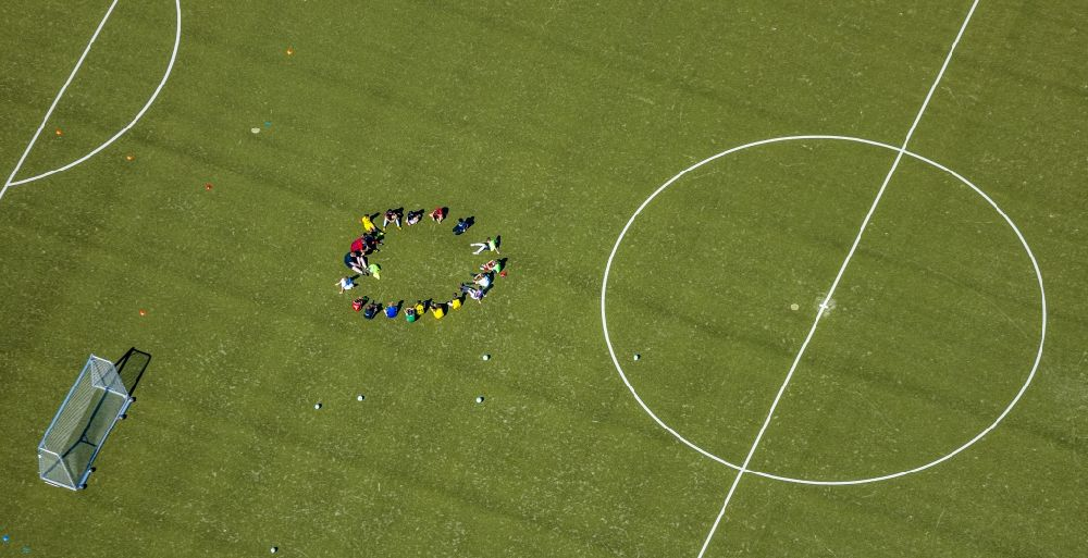 Hamm from the bird's eye view: Sports grounds and football pitch with training players in Sportzentrum Ost in the district Heessen in Hamm in the state North Rhine-Westphalia, Germany