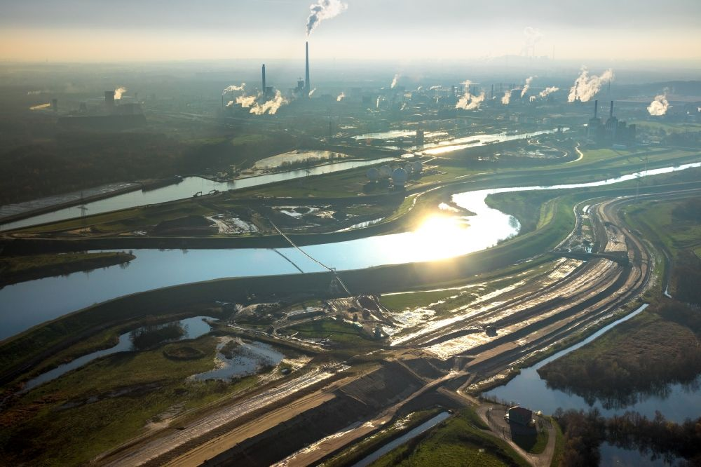 Aerial photograph Haltern am See - Shore areas of the reinforced by flood protection dam riverbed course of Lippe in Haltern am See in the state North Rhine-Westphalia, Germany