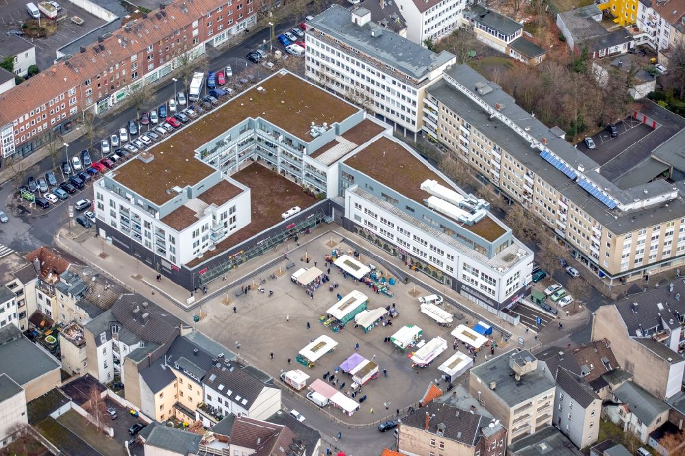 Gelsenkirchen from the bird's eye view: Sale and food stands and trade stalls in the market place on Margarethe-Zingler-Platz in the district Zentrum in Gelsenkirchen in the state North Rhine-Westphalia, Germany