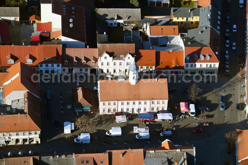 Zehdenick from above - Sale and food stands and trade stalls in the market place on Am Markt in Zehdenick in the state Brandenburg, Germany