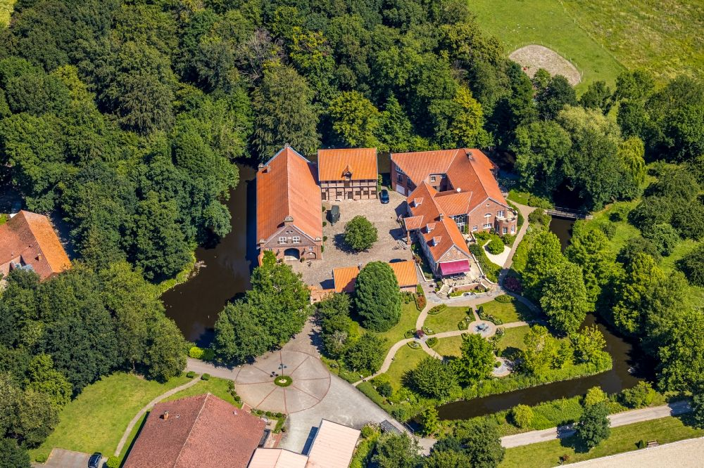 Nottuln from the bird's eye view: Building and castle park systems of water castle with homestead and horse breeding of Gestuet Haus-Giesking in the district Hangenau in Nottuln in the state North Rhine-Westphalia, Germany