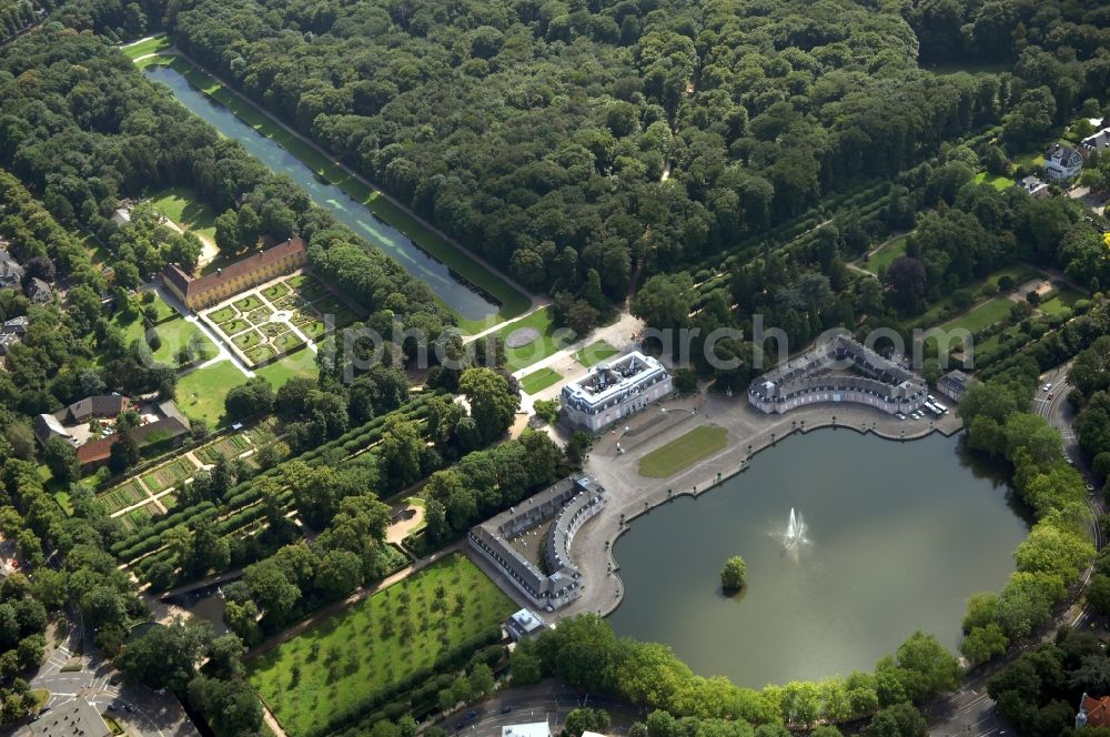 Düsseldorf from above - Building and castle park systems of water castle in the district Benrath in Duesseldorf in the state North Rhine-Westphalia, Germany.