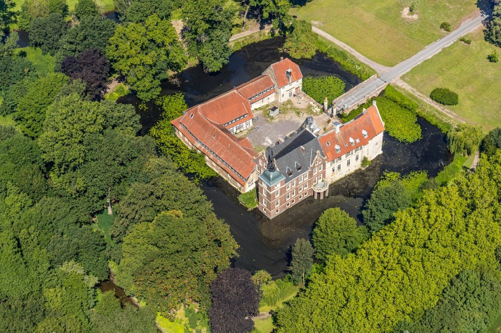 Senden from the bird's eye view: Building and castle park systems of water castle in the district Holtrup in Senden in the state North Rhine-Westphalia, Germany