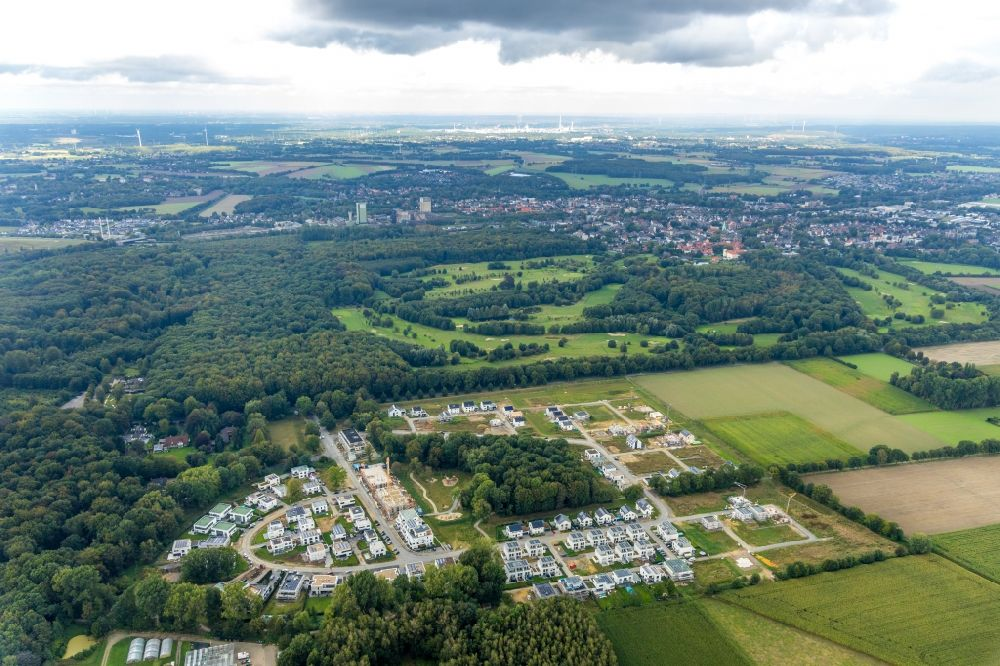 Aerial image Gelsenkirchen - Residential area - mixed development of a multi-family housing estate and single-family housing estate of Wohnquartiers Am Buerschen Waldbogen along the Westerholter Strasse - Im Waldquartier in Gelsenkirchen in the state North Rhine-Westphalia, Germany