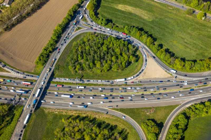 Routing and traffic lanes during the highway exit and access the motorway A 40 on Carl-Benz-Strasse in the district Duissern in Duisburg in the state North Rhine-Westphalia, Germany