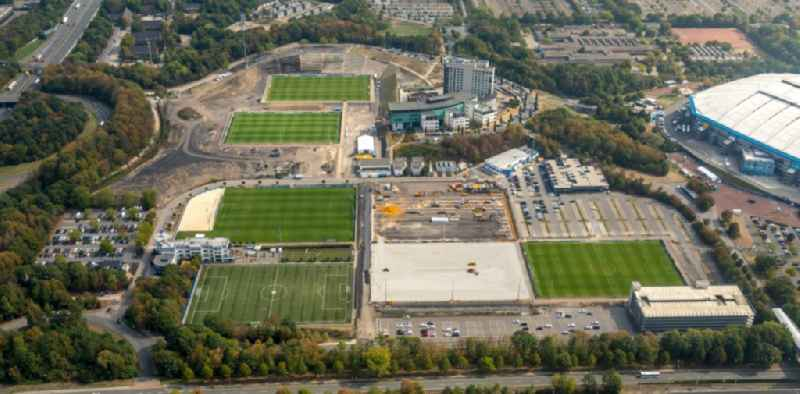 Construction of new Ensemble of sports grounds of ' FC Gelsenkirchen-Schalke 04 e.V. ' between the Ernst-Kuzorra-Weg and of the Parkallee in the district Gelsenkirchen-Ost in Gelsenkirchen in the state North Rhine-Westphalia, Germany. With a view of the building complex of the Hotel ' Courtyard Gelsenkirchen '.
