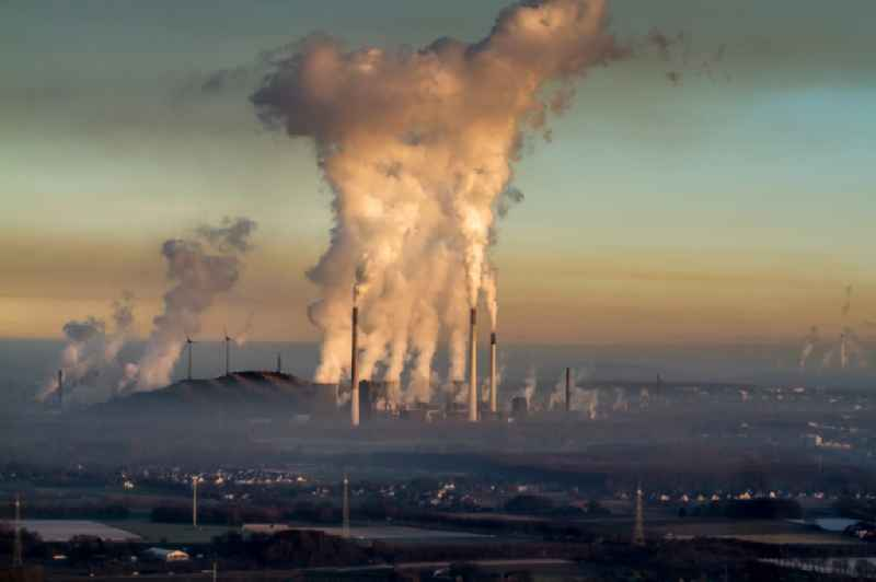 White exhaust smoke plumes from the power plants and exhaust towers of the coal-fired cogeneration plant Uniper Kraftwerke GmbH ' on Bergmannsglueckstrasse in the district Scholven in Gelsenkirchen in the state North Rhine-Westphalia, Germany