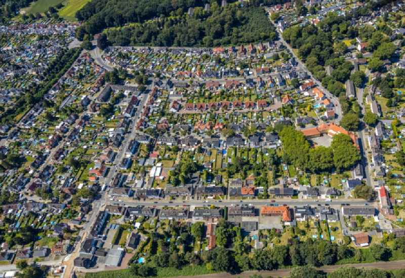 Residential area - mixed development of a multi-family housing estate and single-family housing estate with swimming pool in your own garden in the district Zweckel in Gladbeck in the state North Rhine-Westphalia, Germany