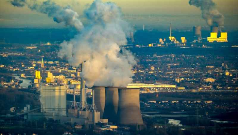 White exhaust smoke plumes from the power plants and exhaust towers of the coal-fired cogeneration plant in Hamm in the state North Rhine-Westphalia, Germany.