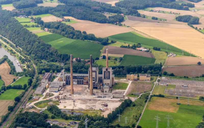 Demolition and dismantling of the decommissioned power plants and exhaust towers of the cogeneration plant Altes Kraftwerk of 'Entwicklungsgesellschaft GKW Veltheim mbH' in Porta Westfalica in the state North Rhine-Westphalia, Germany
